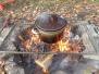 Vaření ovocného čaje na ohni